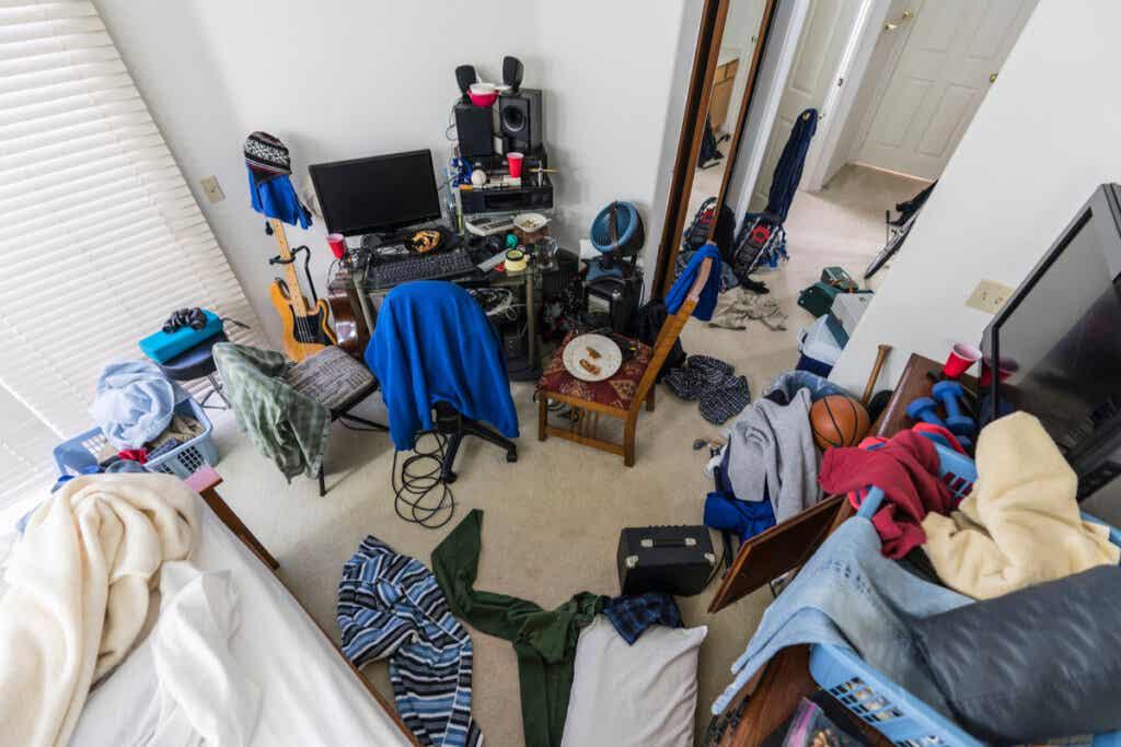 Camera disordinata di ragazzo adolescente.