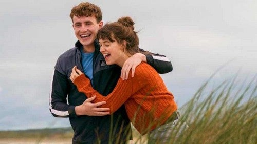 Connell e Marianne ridono insieme.