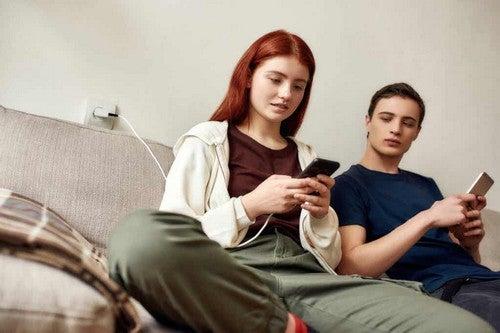 Coppia di adolescenti al cellulare.