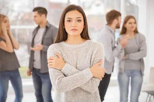 Donna che prova ansia sociale quando si trova tra le persone.