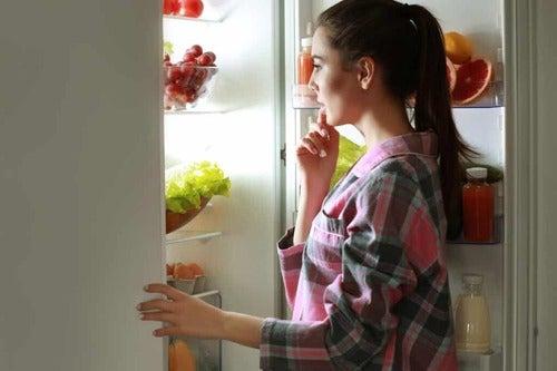 Donna che pensa a cosa mangiare.