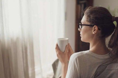 Donna che beve caffè.