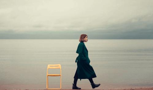 Donna che passeggia da sola.