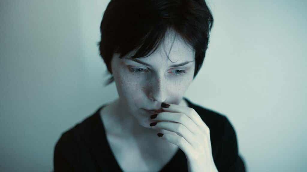 Donna assalita dalla fatica decisionale.