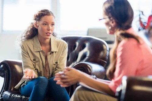 Psicologa che parla con la sua paziente.