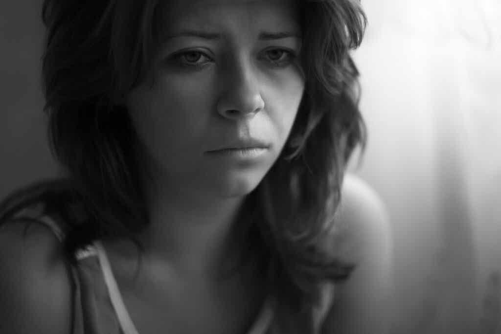 Donna vittima di maltrattamento psicologico.