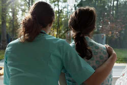 Donna che abbraccia un'altra donna con cancro al seno.