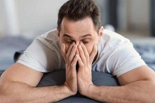 Uomo stanco e frustrato.