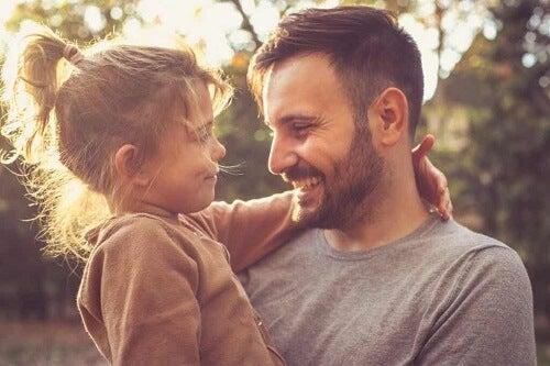 Padre e figlia che si guardano negli occhi.