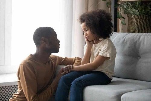 Padre e figlia che parlano.