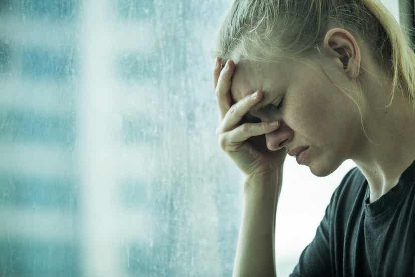 Ragazza sopraffatta dall'ansia per uno scarso autocontrollo emotivo.