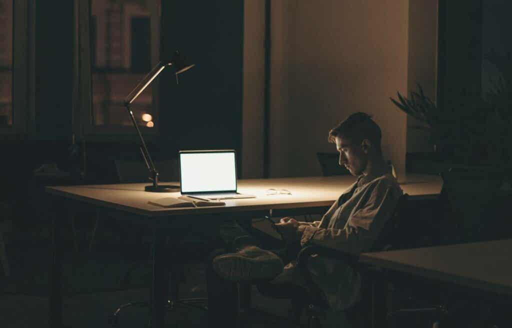 Ragazzo solitario cerca l'amore su internet.