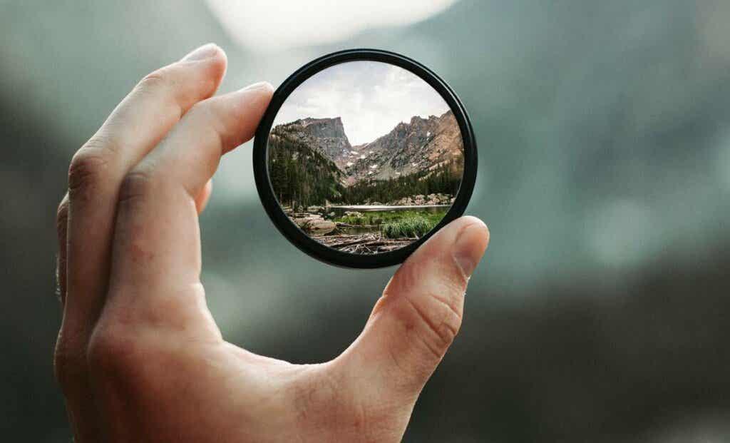 Paesaggio riflesso attraverso sfera di vetro.