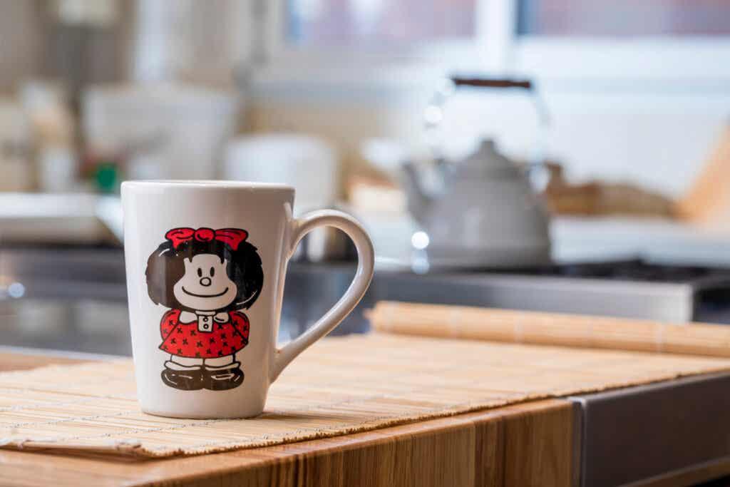 Tazza di Mafalda sulla scrivania.