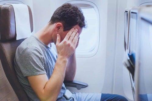 Uomo su un aereo.