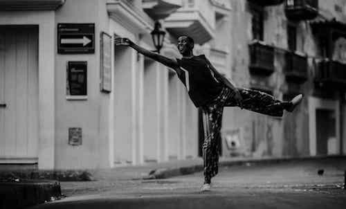 Uomo che balla in strada.