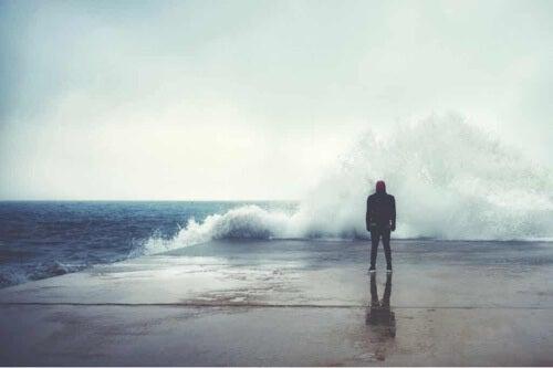 Uomo di fronte a un'onda.