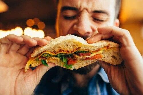 Uomo che mangia.
