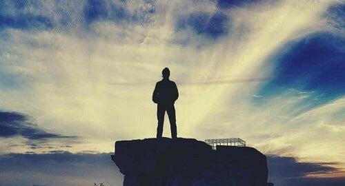 Uomo su una roccia.