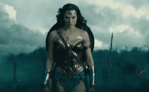 Gal Gadot in una scena del film Wonder Woman.