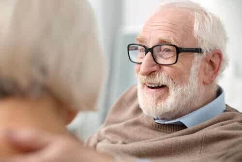 Persona anziana con gli occhiali.