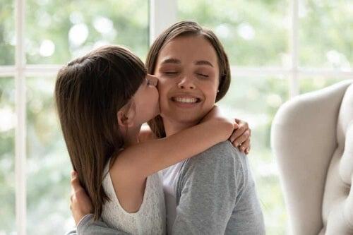 Bambina che bacia la mamma.
