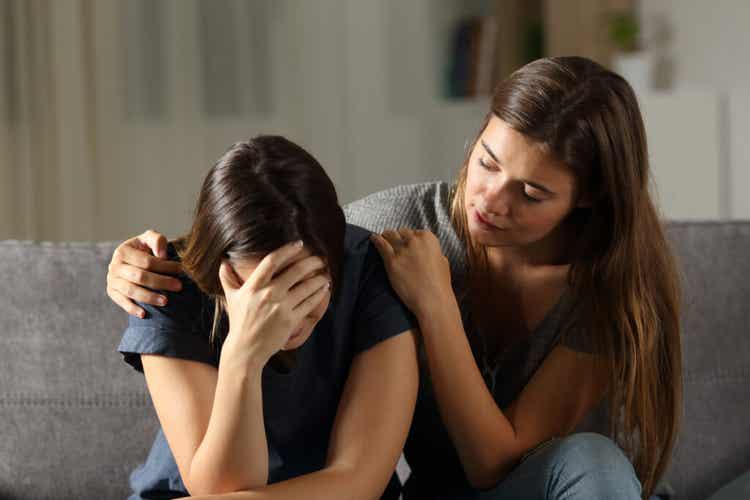 Ragazza consola amica dopo un lutto.