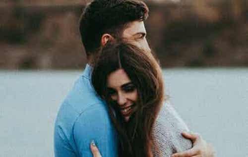 Ragazzo e ragazza che si abbracciano.