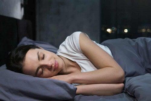 Donna che dorme serenamente.