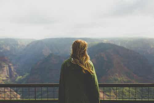 Donna che osserva il paesaggio da un belvedere.