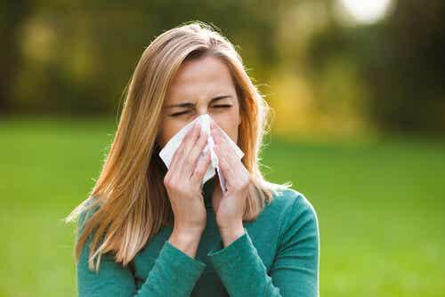 Donna con rinite allergica.