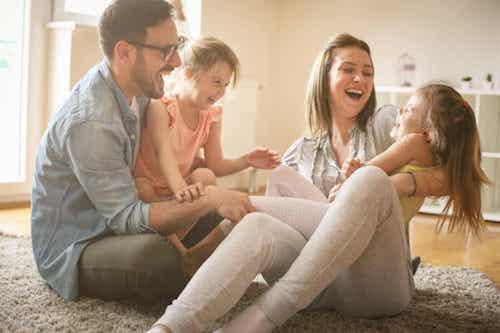 Frasi sulla famiglia. Famiglia felice che ride e scherza.