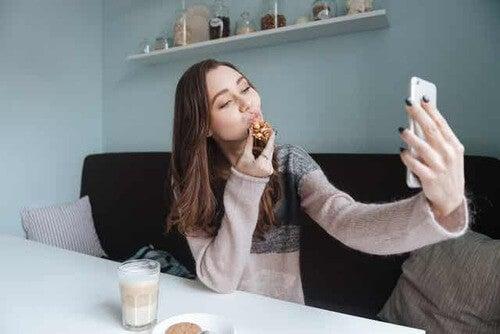 Donna che si fa un selfie.