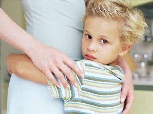 Madre che abbraccia il figlio.