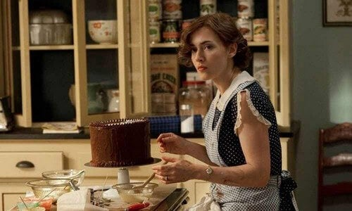 Mildred pierce prepara dolci.