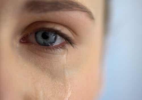 Occhio di donna che piange.