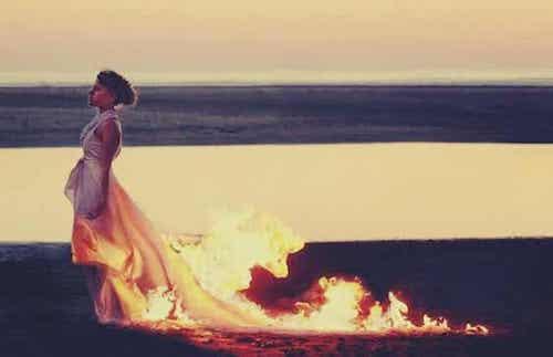 Ragazza con vestito in fiamme.