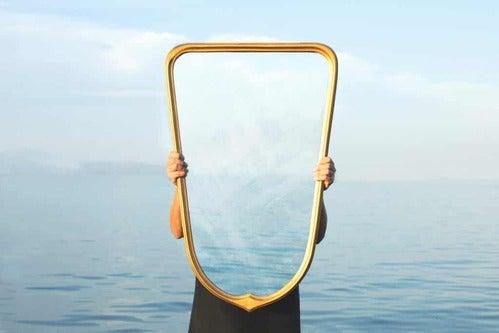 Persona che regge uno specchio.