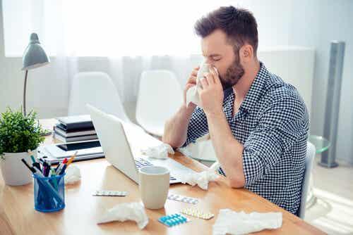 Uomo con rinite allergica in ufficio