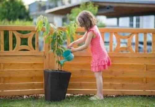 Bambina in giardino.