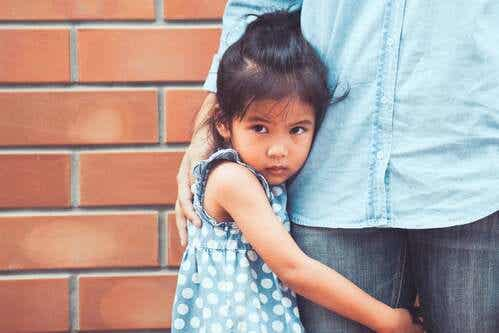 Mio figlio ha paura degli altri bambini: cosa fare?