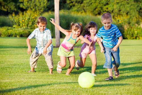 Bambini che giocano al parco.