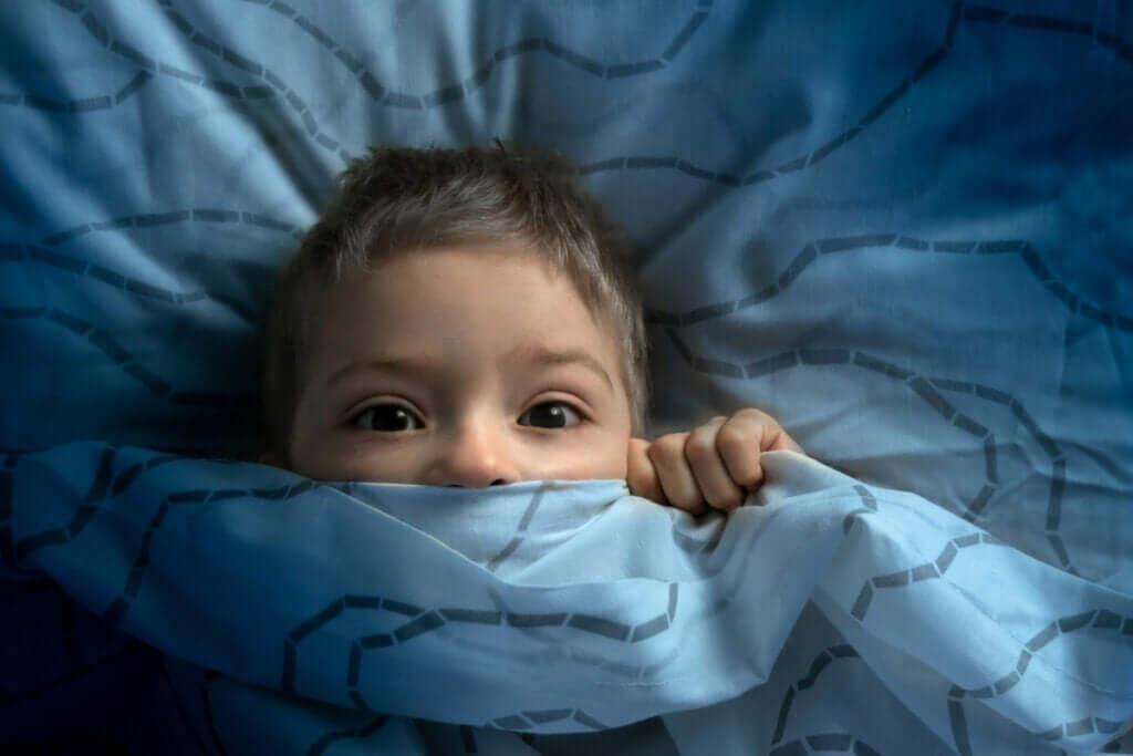 Bambino che ha paura del buio.