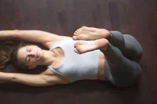 Donna che fa yoga.