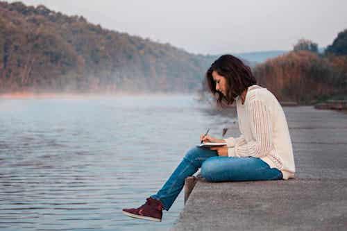Donna che usa la scrittura per esprimere i suoi pensieri.