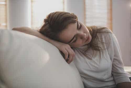 Donna molto stanca che si riposa.