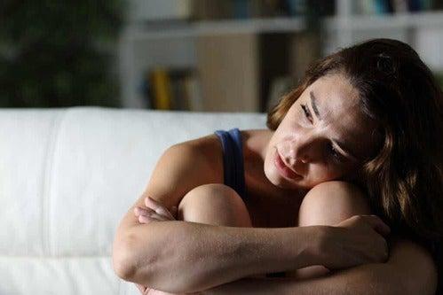 Donna che piange in penombra.