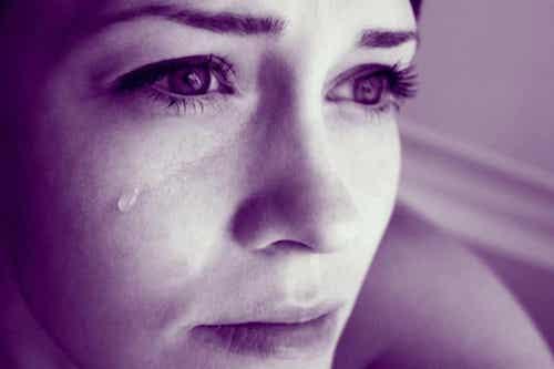 Donna con impotenza appresa che piange.
