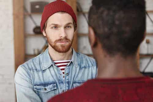 Antipatia. Uomo che parla con un amico di colore.