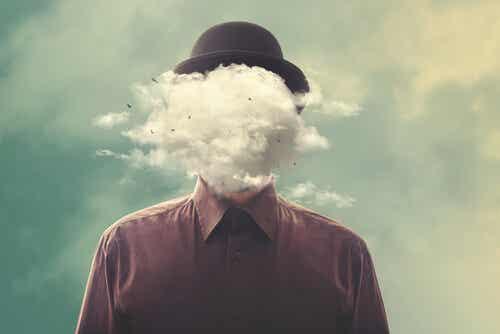 Uomo con la testa tra le nuvole.